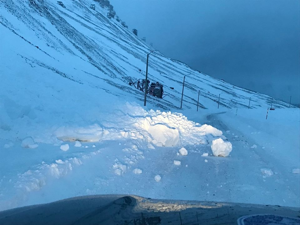 Mushy mountainside: Avalanche across Vei 300 near Huset closes road yet again to all traffic