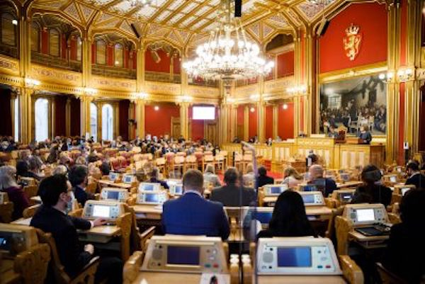 PARLIAMENT OVERRIDES ALCOHOL BAN: Establishments serving food will be able to serve again starting Friday; Svalbardhallen also reopening on a limited basis Wednesday